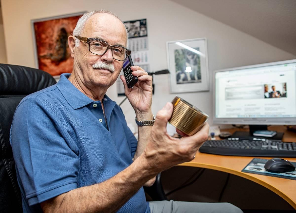 Karl Wulftange hält in der Hand ein gepresstes Gewinde, er berät Firmen bei Zerspanungstechnik - Foto Christoph Reichwein